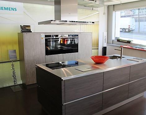 Studio line küche mit hochschrankzeile und inselblock modern grifflos in kombination mit aufsatzgriff av2080