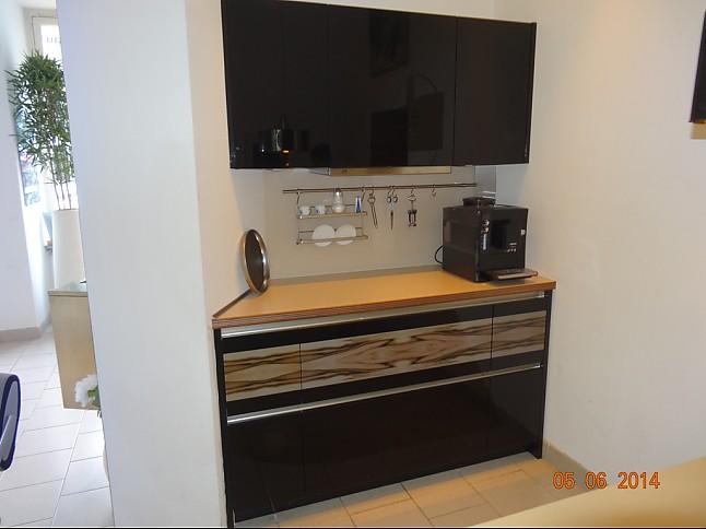 bauformat-Musterküche schwarz glänzend abgesetzt mit Holzdekor ...