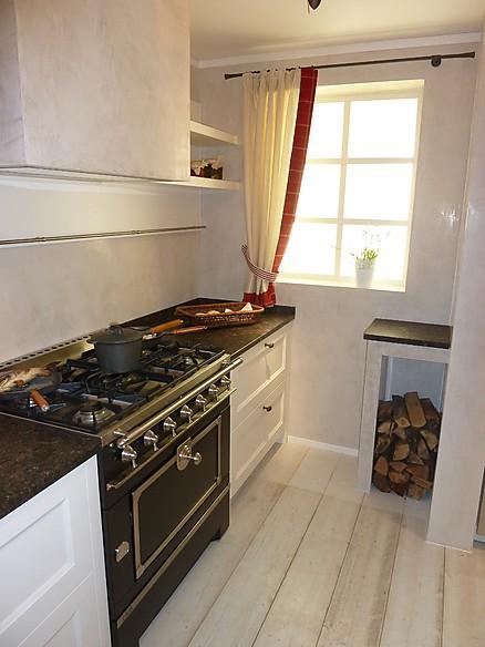 Moderne Landhausküche mit Nostalgieofen
