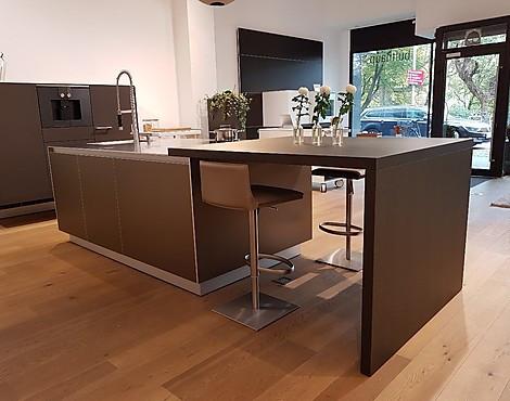 B3 kücheninsel in aluminium mit sitzgelenheit und wandhängender gerätzeile