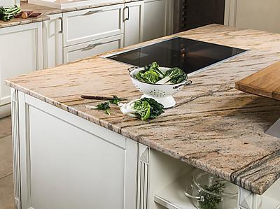 Inselküche mit Strasser Leather Look Natursteinarbeitsplatte Praha Gold