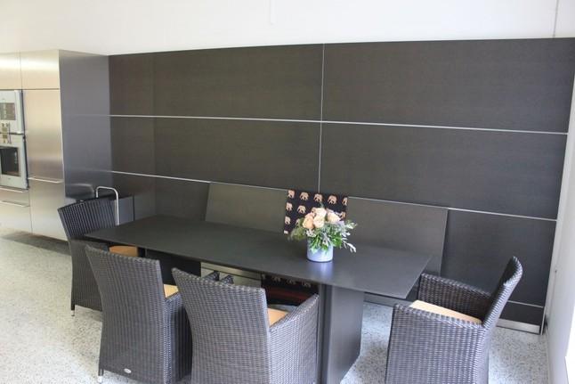 bulthaup musterk che wandpaneel mit bank und tisch. Black Bedroom Furniture Sets. Home Design Ideas