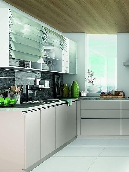 L-Küche in Weiß mit ausreichend Stauraum