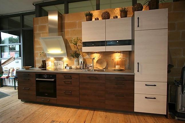 rotpunkt musterk che trendige rotpunkt k che mit fronten aus einer kombination von dunklem und. Black Bedroom Furniture Sets. Home Design Ideas