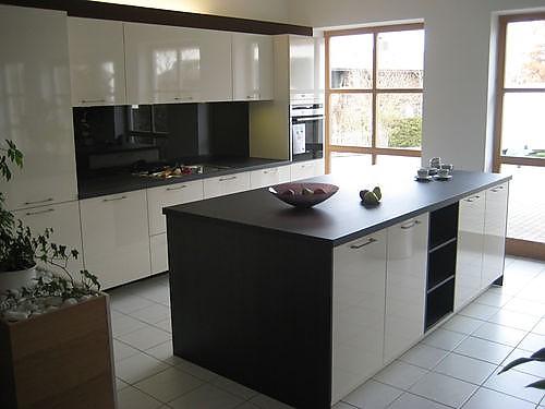 h cker musterk che ausstellungsk che mit koch arbeitsinsel ausstellungsk che in waakirchen von. Black Bedroom Furniture Sets. Home Design Ideas