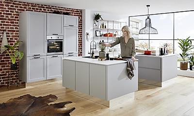 Freundliche Landhausküche mit Rahmenfronten