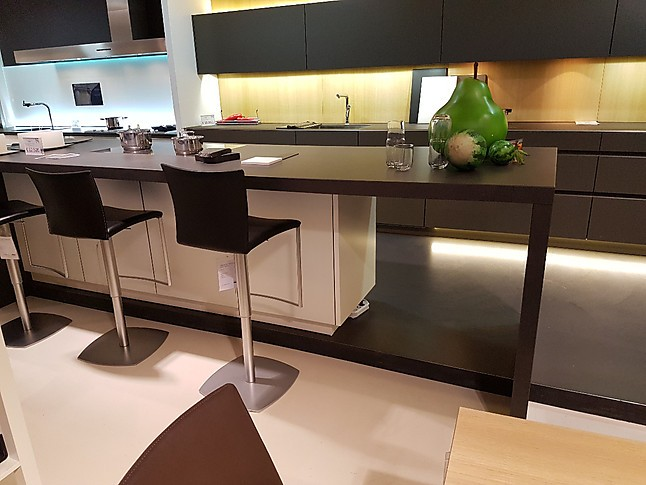 leicht musterk che k chenblock glasfront keramik platte ausstellungsk che in kelkheim von. Black Bedroom Furniture Sets. Home Design Ideas