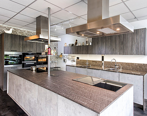 Moderne küche in beton holzoptik mit großer insel fleetwood graphit repro
