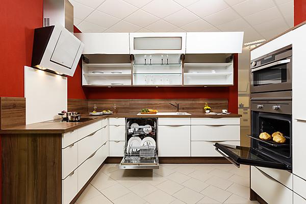 Moderne Küche mit weißen Fronten und Arbeitsplatte in dunkler Holzoptik  Nussbaum