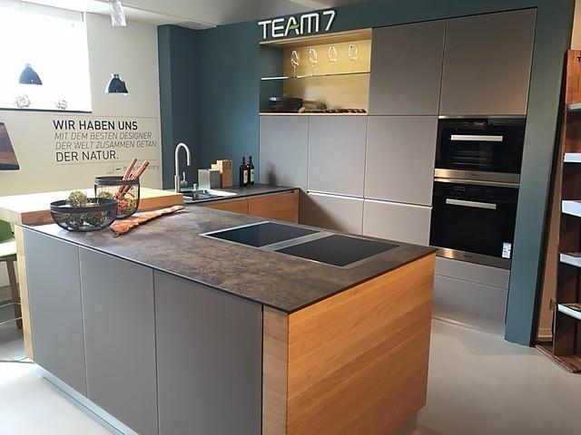 team 7 musterk che massivholz design k che mit theke ausstellungsk che in altenriet von fenchel. Black Bedroom Furniture Sets. Home Design Ideas