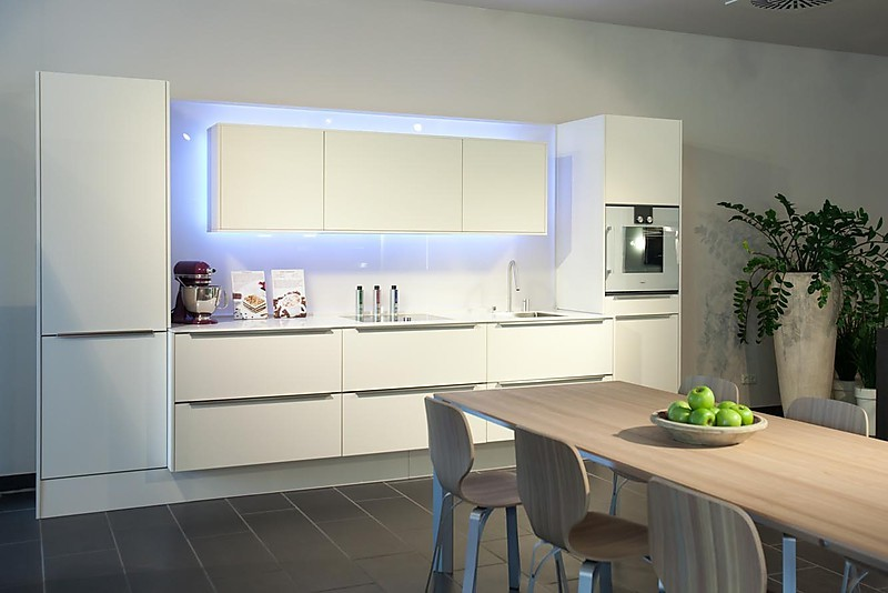 selektion d1 musterk che zeitlose mattlackierte k chenzeile mit hochwertiger ger te ausstattung. Black Bedroom Furniture Sets. Home Design Ideas