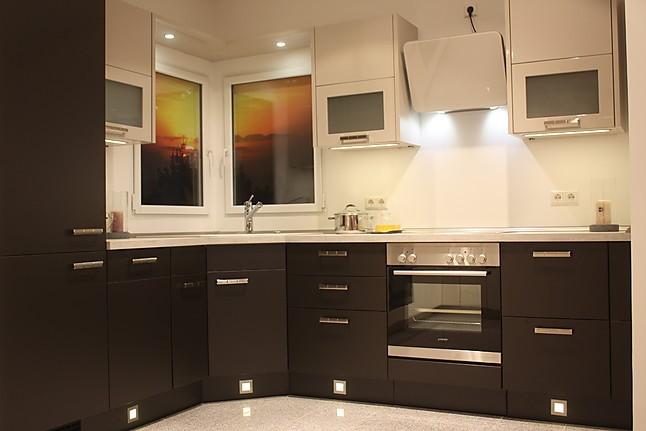 nobilia musterk che dunkle winkelk che mit hellen lack h ngeschr nken ausstellungsk che in. Black Bedroom Furniture Sets. Home Design Ideas