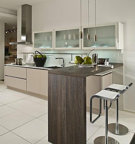Moderne Familienküche mit Theke