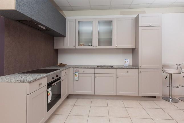 Nobilia-Musterküche Moderne Landhausküche mit Granitarbeitsplatte ... | {Küchen hängeschrank glas nobilia 64}