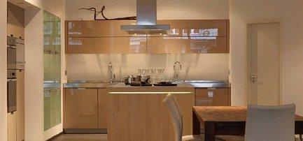 Grifflose Hochglanzküche kombiniert mit einer Holztheke in unserer Karlsruher Ausstellung
