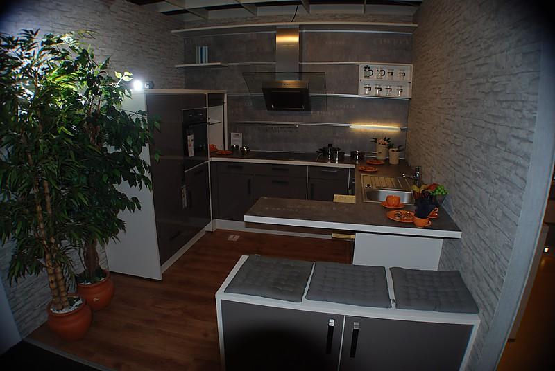 nobilia musterk che hochglanzfront in magma mit korpus in magnolia ausstellungsk che in von. Black Bedroom Furniture Sets. Home Design Ideas