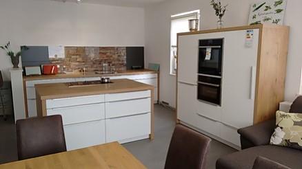 Moderne weiße Ausstellungsküche