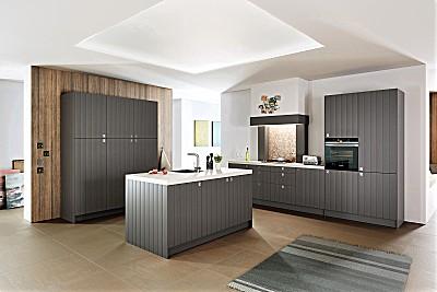 Klassische Küche mit Landhauscharakter - Holzfront lackiert in der Farbe Basalt