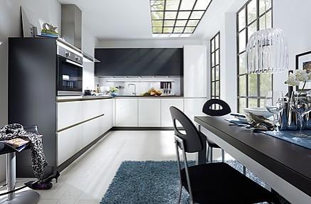 Grifflose L-Küche in moderner Schwarz-Weiß-Farbkombination