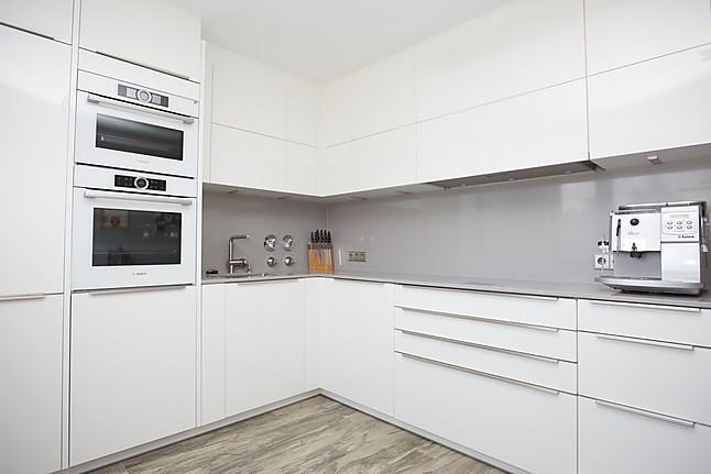 Brigitte-Musterküche Hochglanz weiße Küche mit grauen Quarzstein ...