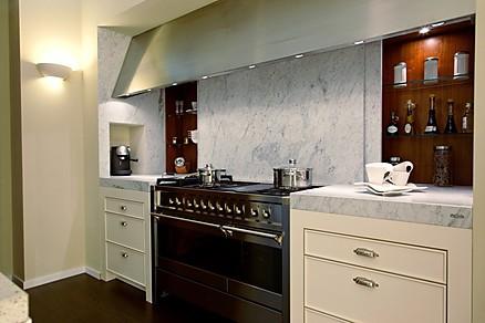 Eingerückte Küchenzeile mit Luxusherd