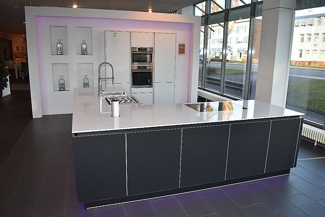 brigitte musterk che hochwert k che grifflos glas ausstellungsk che in bielefeld von reddy. Black Bedroom Furniture Sets. Home Design Ideas