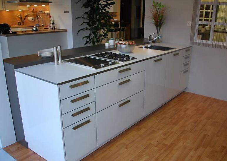 leicht musterk che moderne k che mit glasfront firn. Black Bedroom Furniture Sets. Home Design Ideas