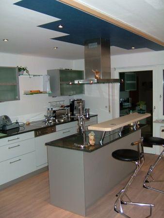 Moderne Küche mit Thekenlösung