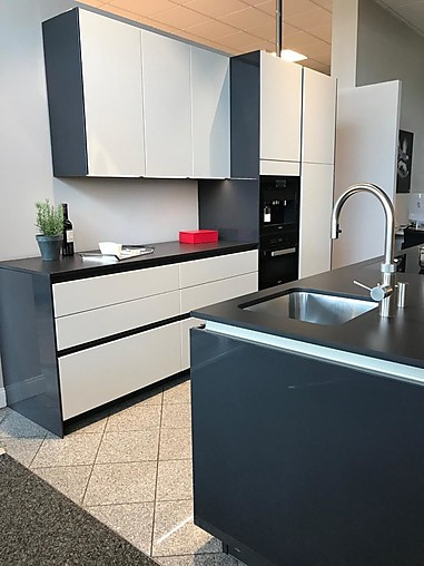 rotpunktmusterküche elegante zeile mit insel in carbon