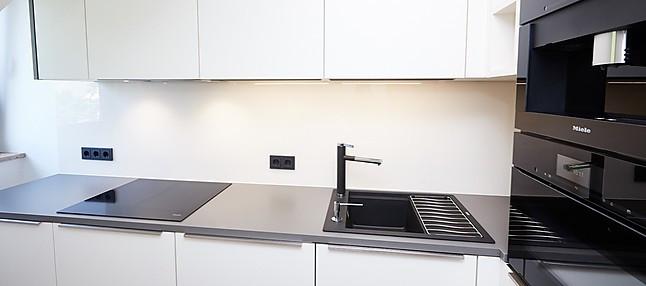 Sachsenküchen-Musterküche Moderne Küche mit Dachschräge ...