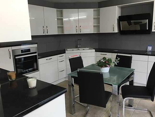 Wunderschöne weiße Hochglanzküche mit viel Stauraum