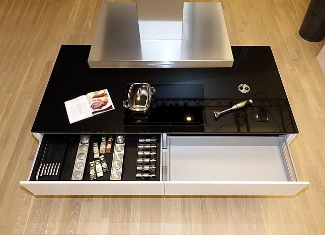 Schüller-Musterküche Grifflose Luxus-Küche in Kristallweiß ...