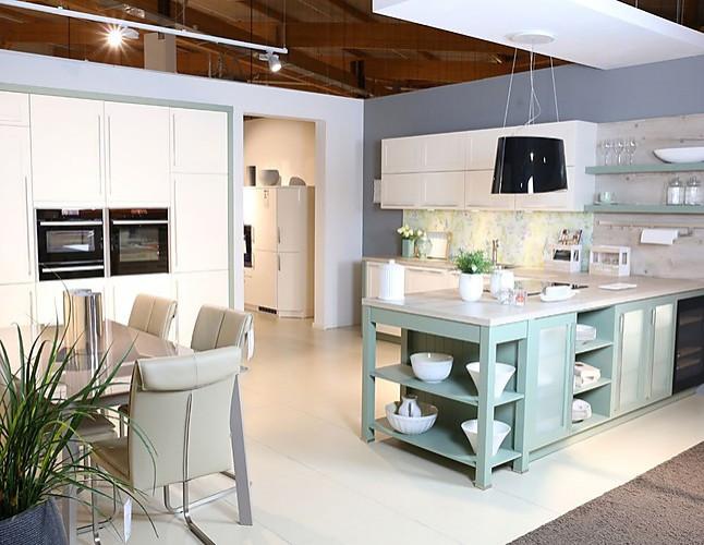 Schüller-Musterküche Landhaus-Küche mit cremefarbenen Fronten ...