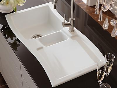 Weiße Keramikspüle in modern geschwungenem Design