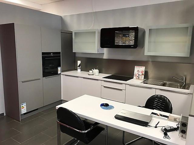 Häcker-Musterküche Moderne Häcker Küche in Polarweißß matt ohne E ...