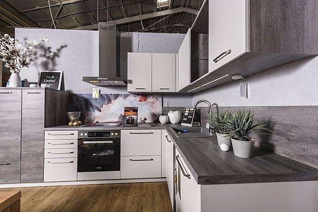 wellmann musterk che moderne einbauk che mit miele ger ten nischenr ckwand mit farbwechsel. Black Bedroom Furniture Sets. Home Design Ideas