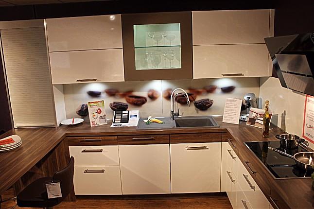 schüller-musterküche moderne u- küche mit glas- nischenpaneel