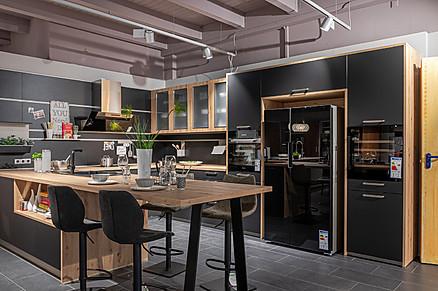 U-Küche in Schwarz mit Akzenten in Holz