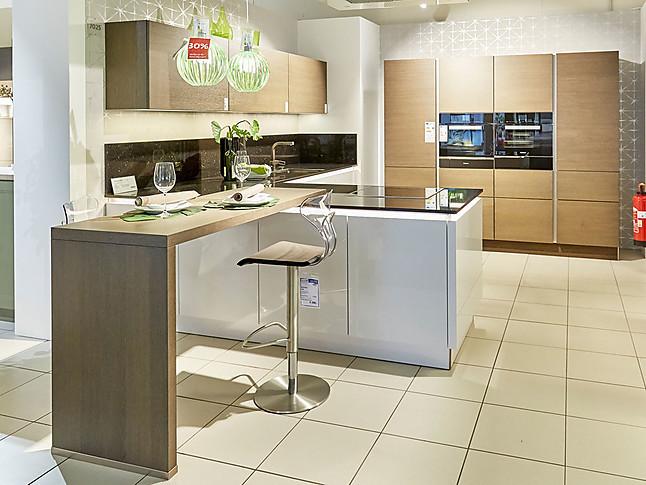 Nolte-Musterküche Großzügig geplante Küche mit Kücheninsel und ...