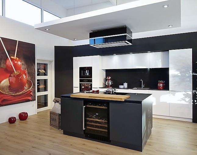 sch ller musterk che elegant dunkel abgesetzte kochinsel mit grifflosen fronten 2 zonen. Black Bedroom Furniture Sets. Home Design Ideas