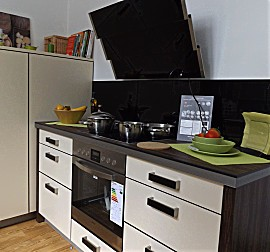 h cker musterk che moderne l k che mit essplatz eiche cornwall mit wei gl nzend abgesetzt. Black Bedroom Furniture Sets. Home Design Ideas