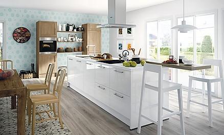 Weiß und Holz in der offenen Wohnküche