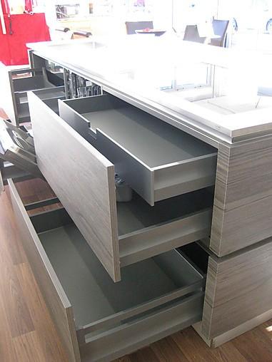 h cker musterk che moderne design k che in beton holzoptik mit insel ausstellungsk che in. Black Bedroom Furniture Sets. Home Design Ideas