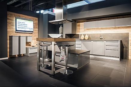 Moderne Landhausküche holz mit weißer Arbeitsplatte in Coesfeld