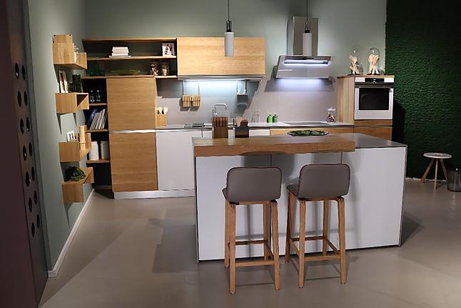team 7 musterk che k chenzeile mit kleiner insel ausstellungsk che in d sseldorf von team 7. Black Bedroom Furniture Sets. Home Design Ideas