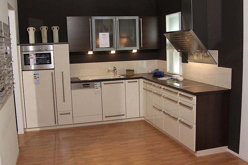 brigitte musterk che moderne k che front hochglanz vanille lackiert umfeld holzdekor. Black Bedroom Furniture Sets. Home Design Ideas