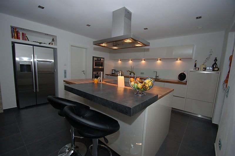 Insellösung mit eingebauten Geräten und aufgesetzter Theke - Küche ...