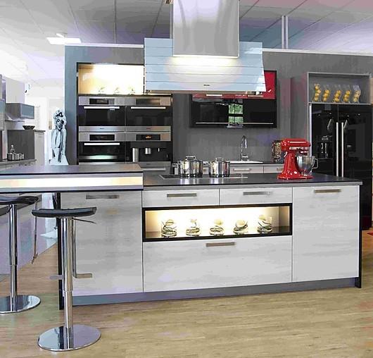 bauformat-Musterküche Topmoderne Küche in schwarz/rot Hochglanz ...