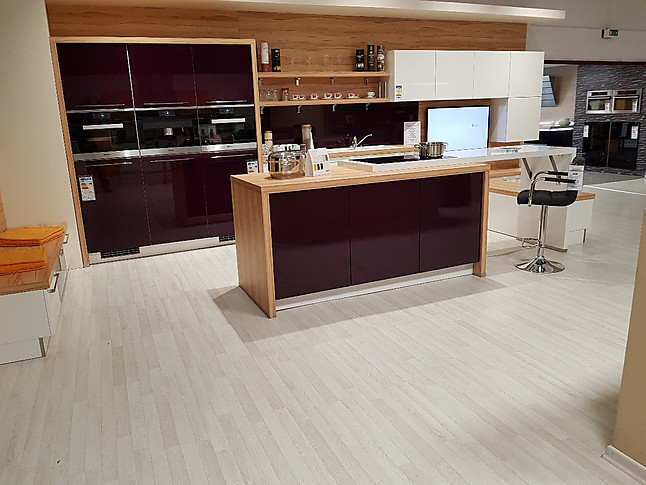 Nolte   Nova Lack Wunderschöne Design Küche Mit Koch Insel In Purpur/Weiß  Hochglanz Inkl. MIELE Geräte, Sitzgelegenheit