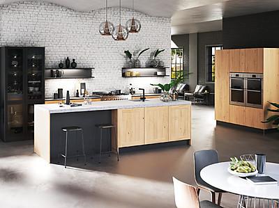 Inselküche mit Holzfront und Theke
